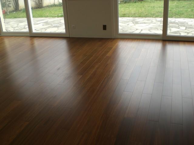 brun fonce aux reflets dores le parquet en doubai illuminera vos interieurs. Black Bedroom Furniture Sets. Home Design Ideas